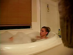Amanda Takes Bubble Bath And Plays With Her Cooche